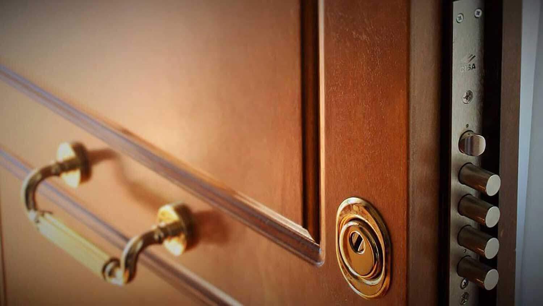Fotografia di porta corazzata con particolare della serratura