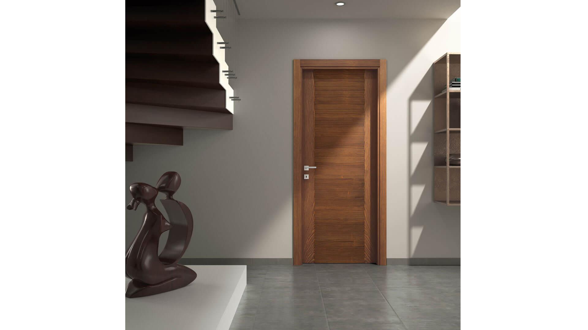 Porta in legno su parete bianca
